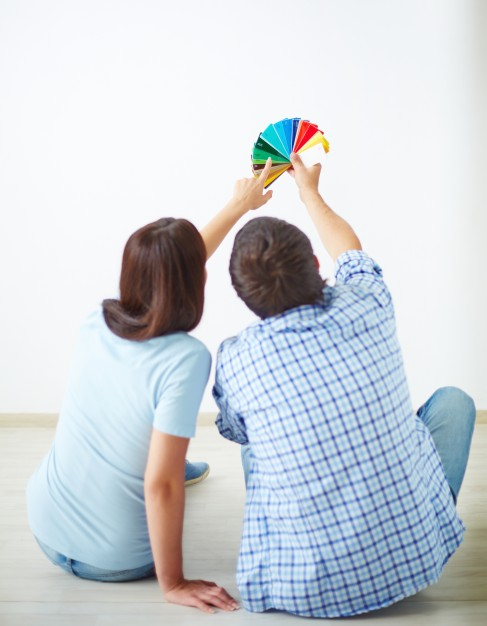 couple-talking-about-the-color-of-the-wall_1098-2084