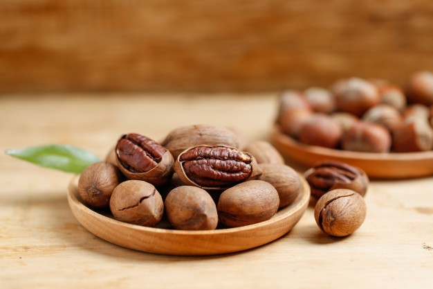 pecans-and-hazelnuts_1387-325