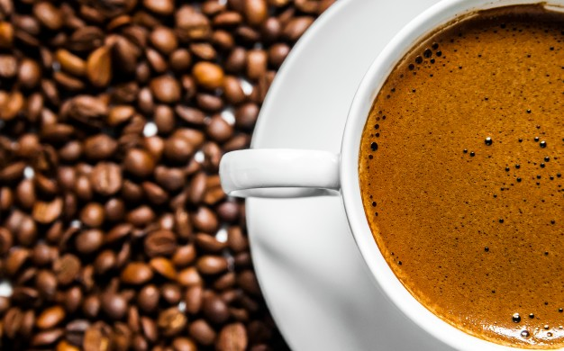 coffee-cup-and-coffee-beans-on-table-top-view-love-coffee-brown-coffee-beans-isolated-on-white-background-hot-coffee-cup-with-coffee-beans_1391-99