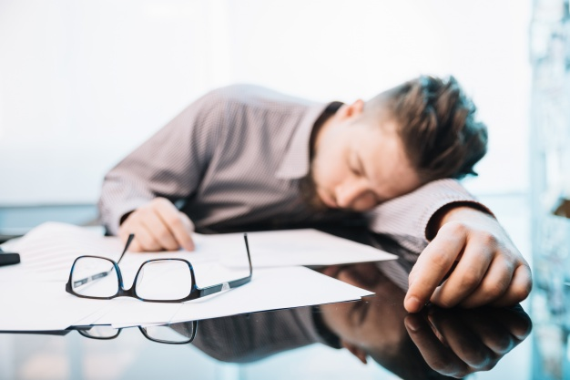 employee-sleeping-in-office_23-2147717288