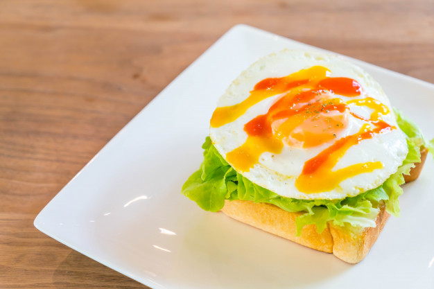 bread-toast-with-fried-egg-and-vegetable_1339-12821